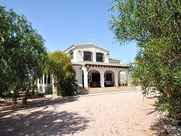 Large rustic 4 bed country house with pool