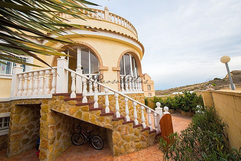 7 bedroom detached villa with pool - 290 sqm Accomodation - 10 minutes to Alicante and 1Km to golf in Pinoso Villas
