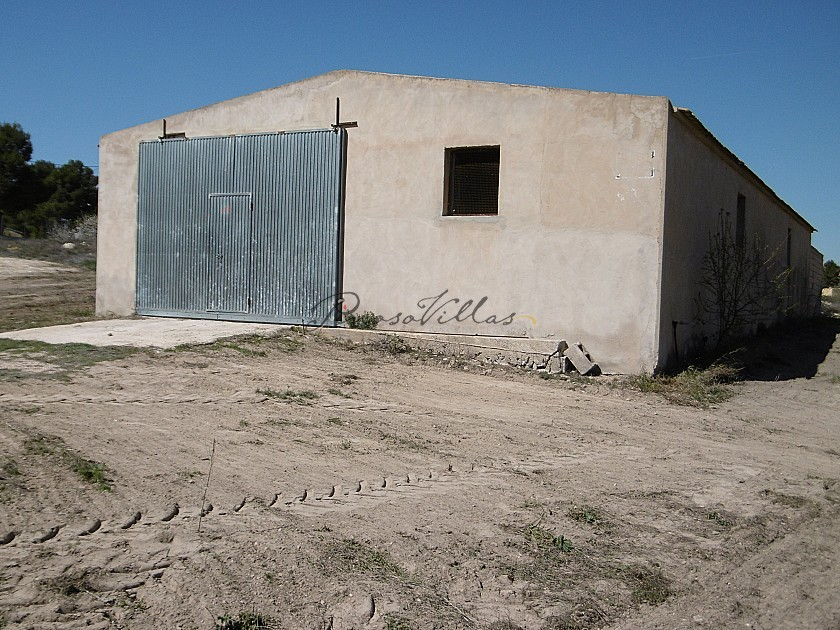 Warehouse with the possibility of housing 4km from Yecla in Pinoso Villas