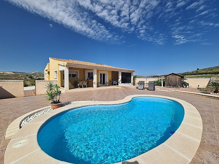 3 Bed Modern house with all en-suite bedrooms and pool in Pinoso Villas
